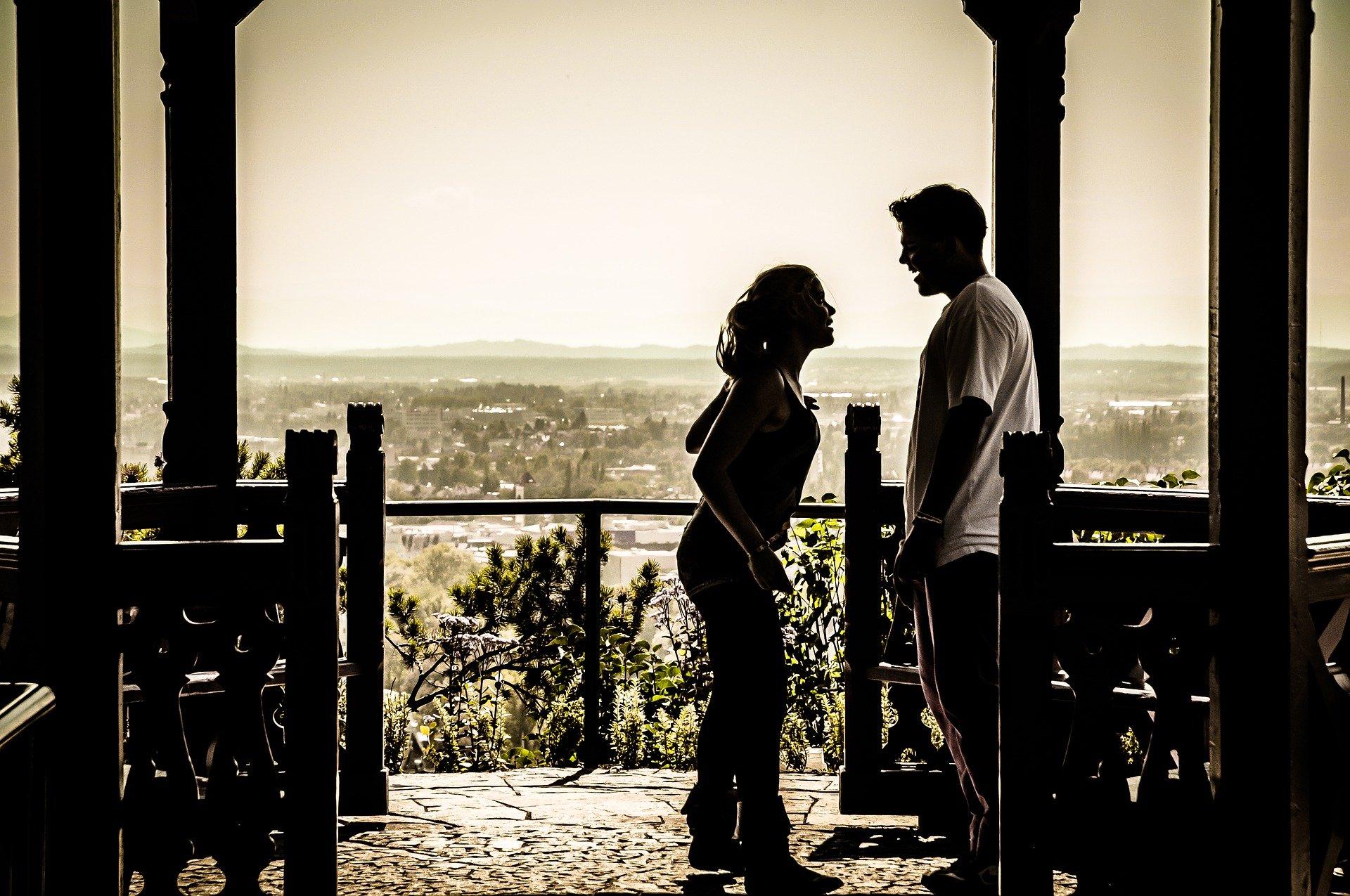 Foto: Streitendes Paar im Gegenlicht, dass